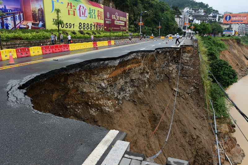 O sosea s-a transformat intr-o prapastie, in urma super taifunului Nepartak. 2000 de case, distruse