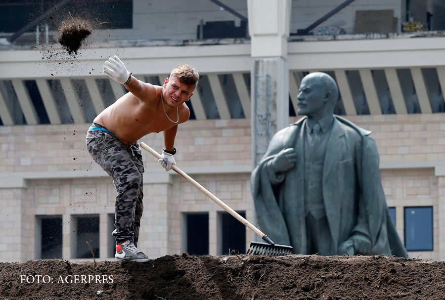 Pregatiri pentru CM de Fotbal din Rusia. Un muncitor lucreaza langa statuia lui Lenin de la stadionul Lujniki (Moscova)