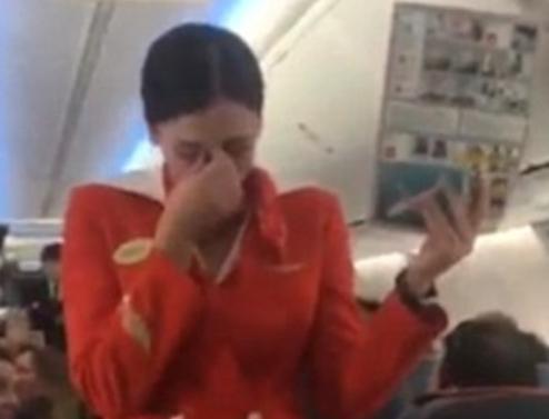 Suporterii unei echipe de fotbal s-au dat in spectacol la bordul unui avion. Ce i-au facut unei stewardese. VIDEO