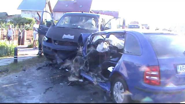 Planul rosu, activat in Arges. Doi tineri au murit dupa ce autoturismul lor a intrat pe contrasens si a izbit un microbuz