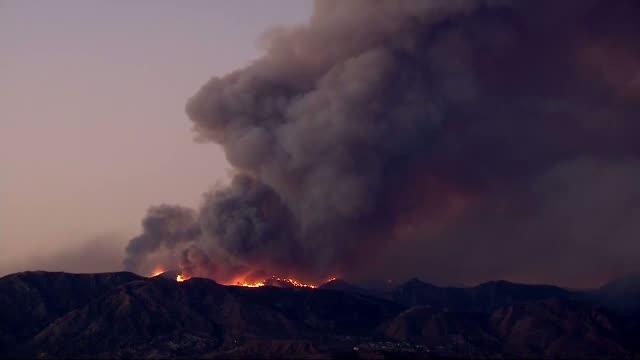 Coasta de vest a Americii este in flacari de cateva zile. Un incendiu de vegetatie a mistuit hectare de paduri din California