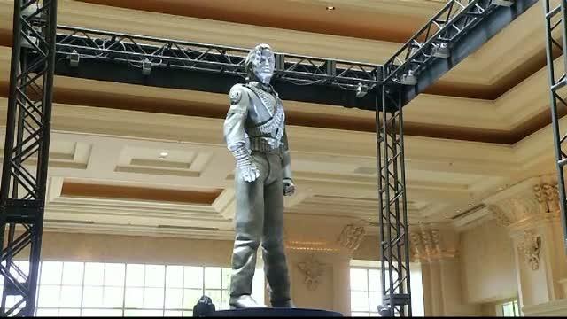 Una dintre cele mai cunoscute statui ale lui Michael Jackson poate fi vazuta acum intr-un hotel din Las Vegas