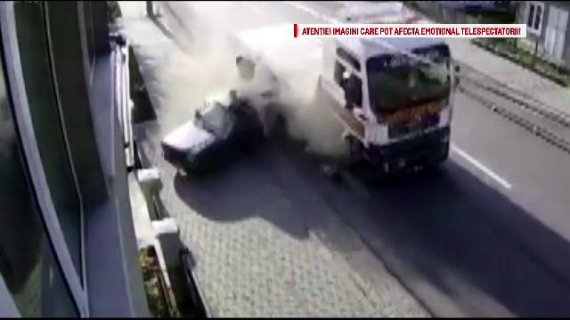Dacie spulberata de TIR in Campulung Moldovenesc. Accidentul, surprins de camerele de supraveghere