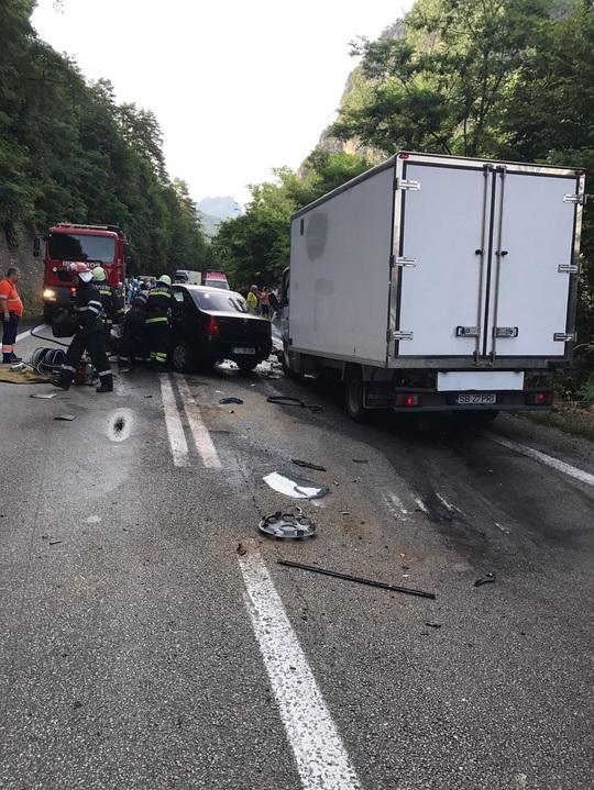 Accident grav pe Valea Oltului: 1 mort si 3 raniti. Traficul a fost blocat