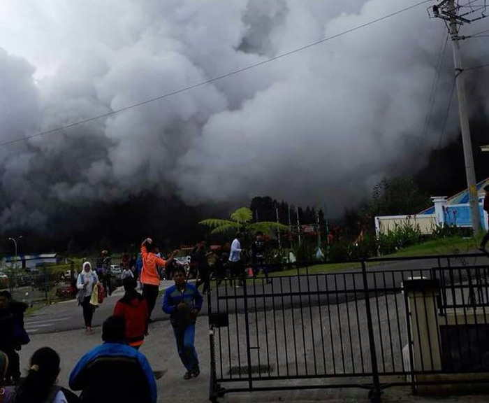 Zece turisti raniti dupa eruptia unui vulcan in Indonezia. Oamenii erau la doar 15 metri de crater. VIDEO