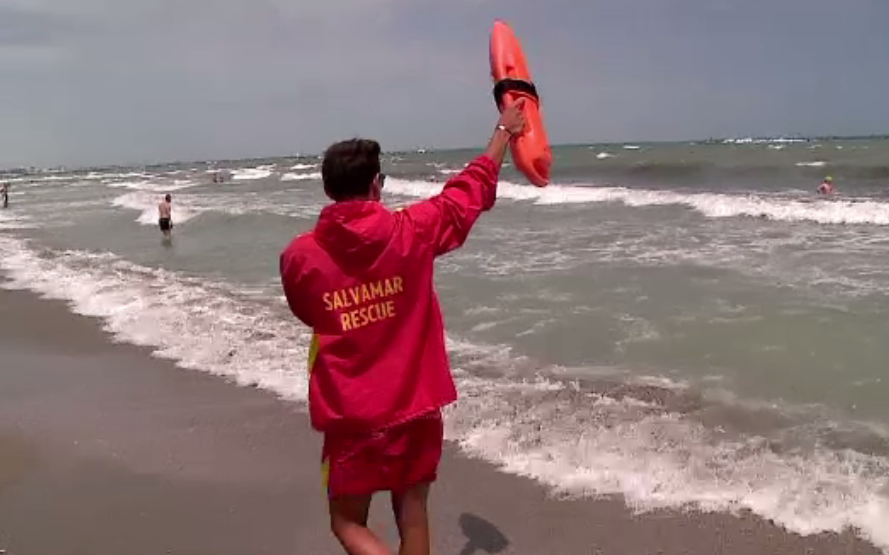 Steag rosu pe intregul litoral, din cauza curentilor si a apei reci. Cum isi risca turistii propria viata