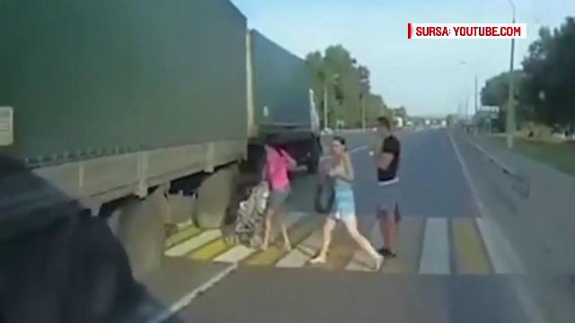 Imagini socante filmate pe o sosea din Rusia. Mama si bebelusul ei, la un pas sa fie spulberati pe trecerea de pietoni