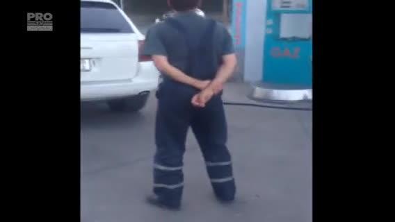 Moldovean filmat cand isi alimenta automobilul Porsche cu GPL. Cat costa carburantii dincolo de Prut