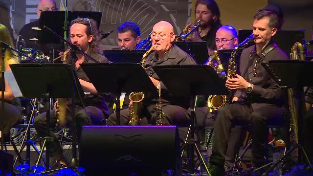 Iubitorii de jazz din Bucuresti se intalnesc in Piata George Enescu.