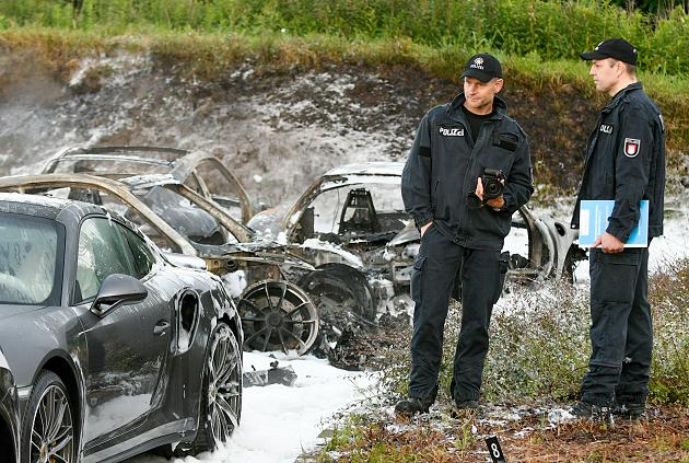 Zece masini Porsche incendiate in Hamburg. Politia ancheteaza daca incidentul are legatura cu summitul G20. VIDEO