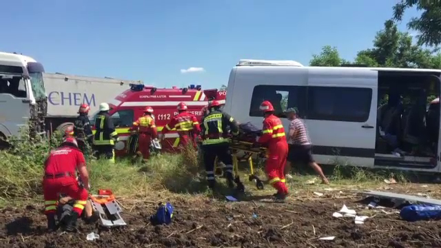 Doi morti si 14 raniti dupa ce un microbuz plin a fost spulberat de un TIR, in Teleorman. Planul rosu de interventii, activat