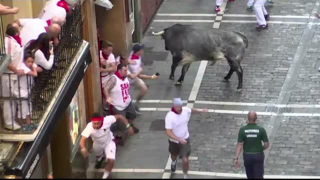 Bilant dramatic in prima zi de curse cu tauri de la Pamplona! Doi americani si un spaniol au fost raniti de animale