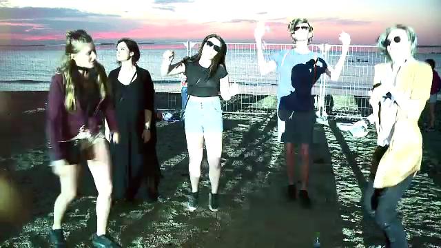 Tinerii au ramas pe plaja dupa Neversea si au admirat rasaritul.