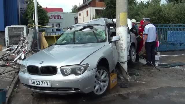 Calatorie cu final tragic in Suceava. Un barbat a murit, iar o fata este ranita, dupa ce masina lor a intrat intr-un stalp