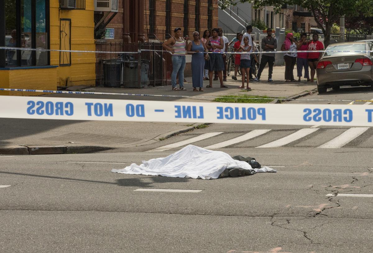 O femeie a fost decapitata dupa ce s-a aruncat in fata unui autobuz, in New York. Ce a povestit un martor. FOTO