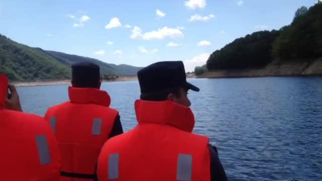 Doi pescari s-au rasturnat cu barca intr-un lac din muntii Retezat. Unul a iesit din apa, celalalt e cautat in continuare