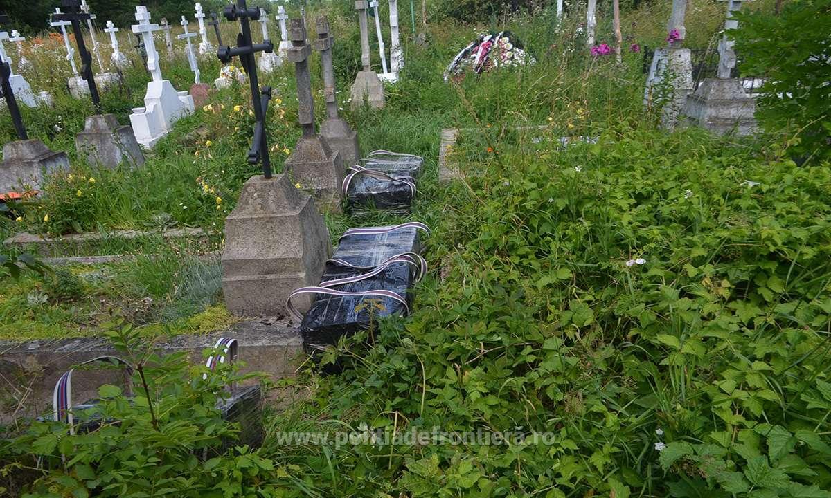Colete descoperite de politie intr-un cimitir din Maramures. Ce au gasit agentii inauntru cand le-au deschis
