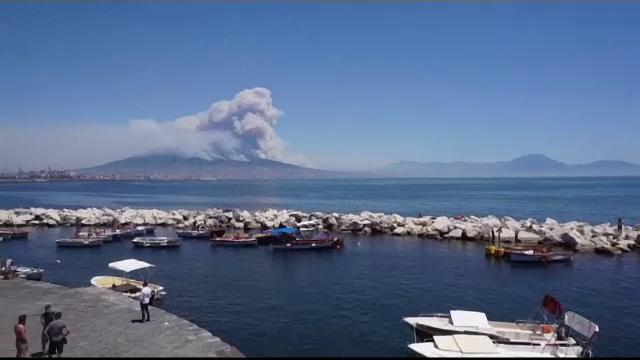 Un incendiu de vegetatie face ravagii pe versantii vulcanului Vezuviu, langa Napoli. Atentionarea primita de turisti