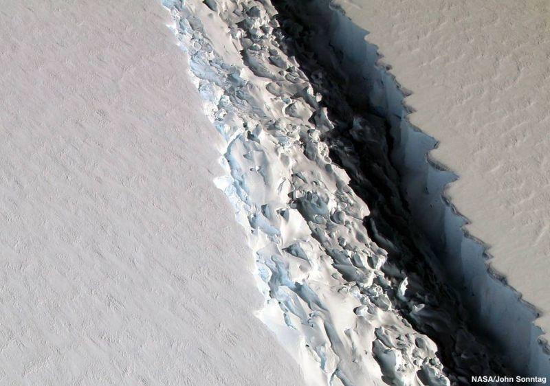 Un aisberg urias, de 1000 de miliarde de tone, s-a desprins din Antarctica. VIDEO