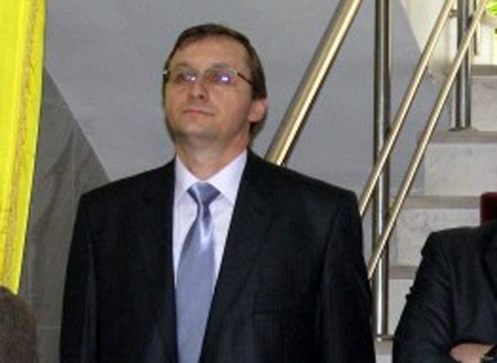 Fost informator al Securitatii, numit sef al Agentiei Functionarilor Publici. A lucrat cu Darius Valcov la Primaria Slatina