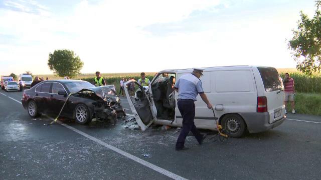 Opt oameni au fost raniti dupa impactul intre TREI autoturisme, pe E85. Intre victime sunt si doi copii