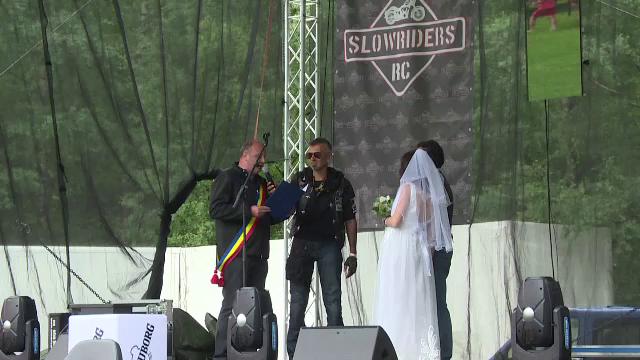 Trei sute de motociclisti au fost prezenti cand doi tineri s-au casatorit pe scena unui festival. Ce au facut pe traseu