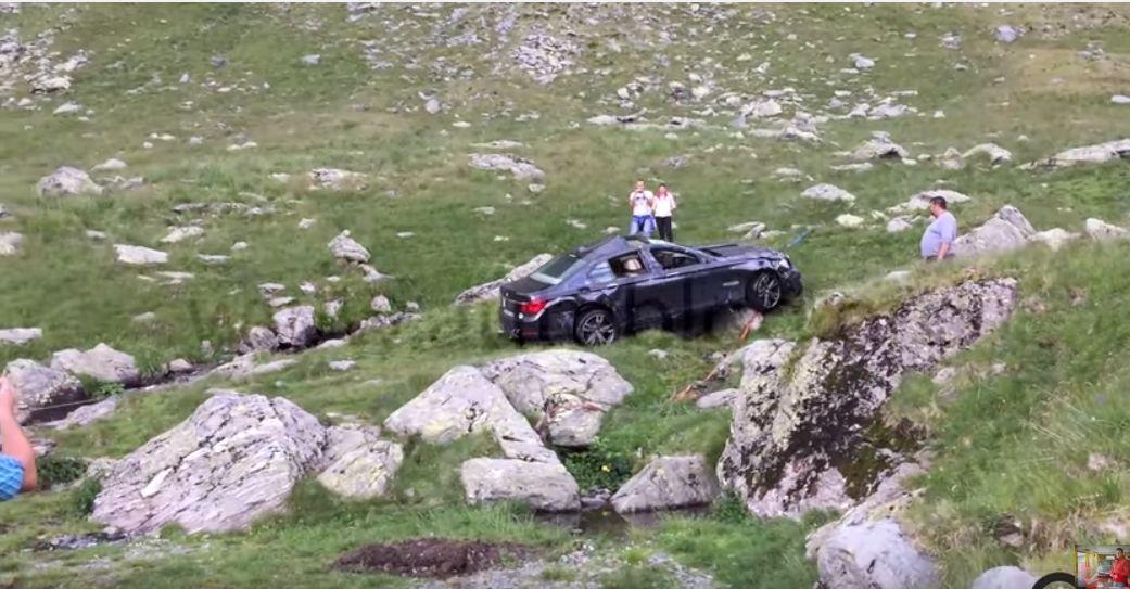 BMW-ul care a cazut de pe Transfagarasan, scos din rapa. VIDEO cu operatiunea de