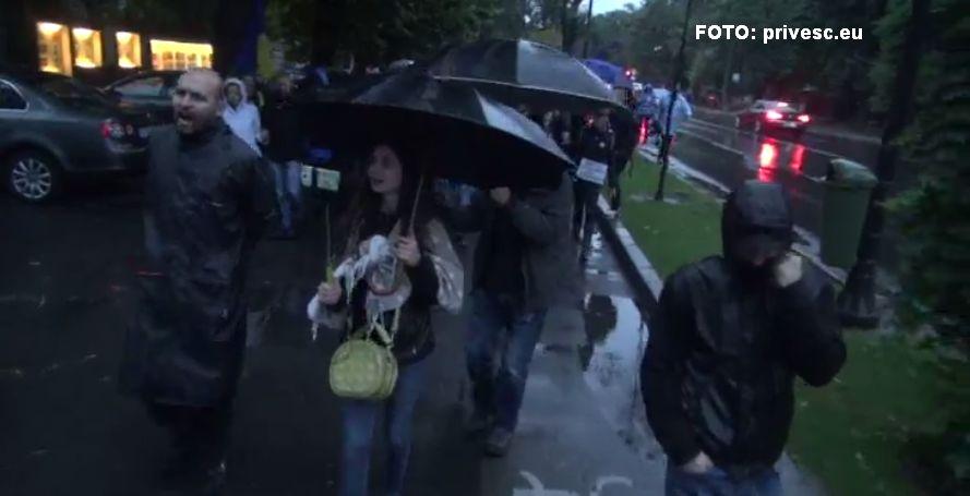 Protest anti-PSD in Piata Victoriei, pe ploaie.