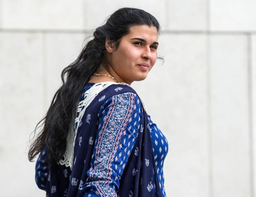 O romanca insarcinata, de etnie roma, a furat chitare de 6000 de euro din Irlanda, ascunzandu-le sub fusta. Cum a fost prinsa