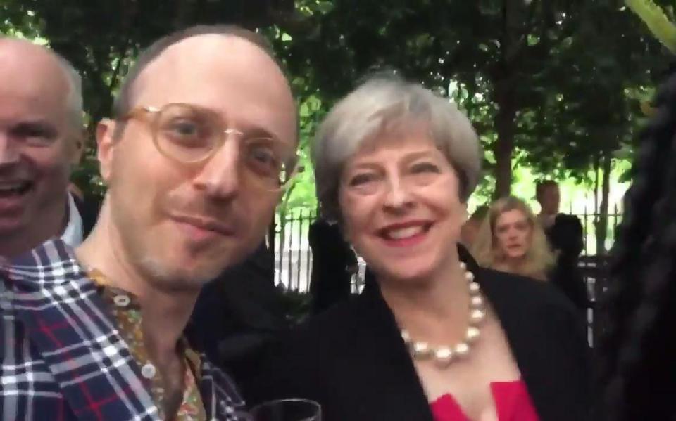 Un jurnalist o ia prin surprindere pe Theresa May: