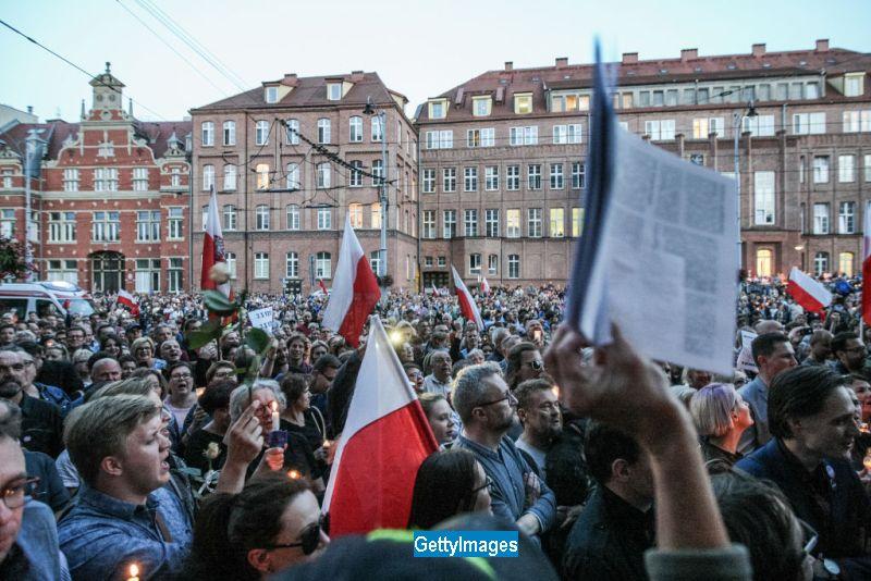 UE a lansat procedura de infringement impotriva Poloniei, tara care