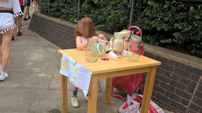 Fetita de 5 ani, amendata cu o suma uriasa pentru ca vindea limonada pe strada.