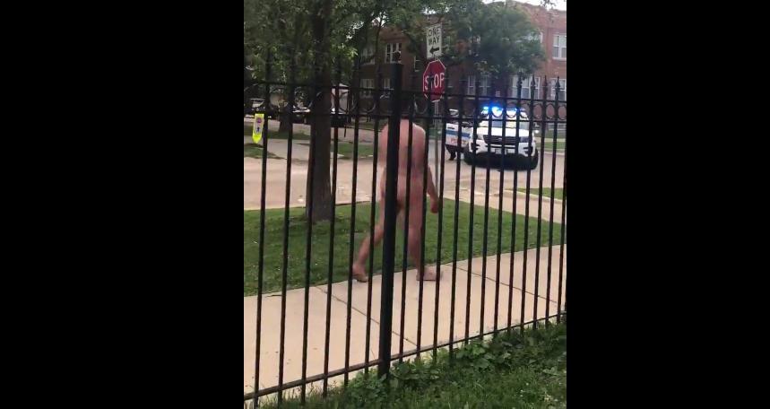 Si-a taiat organele genitale, apoi, complet dezbracat, a hartuit trecatorii, in Chicago. Barbatul a fost arestat. VIDEO