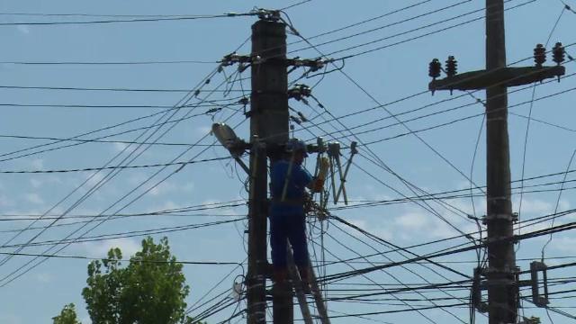 Un tanar de la o firma de cablu a murit electrocutat, pe un stalp. Avea un copil de 4 ani si urma sa faca nunta