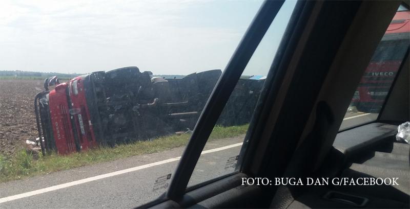 Accident grav cu un mort si 2 raniti, pe DN2. Un TIR a intrat intr-un camion stationat din cauza unei defectiuni