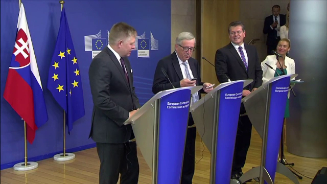 Jean-Claude Juncker i-a inchis telefonul lui Merkel, dupa ce a crezut ca il suna sotia. VIDEO