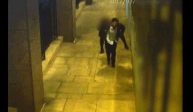 Momentul în care un violator își cară în spate victima înainte de agresiune. Pedeapsa primită