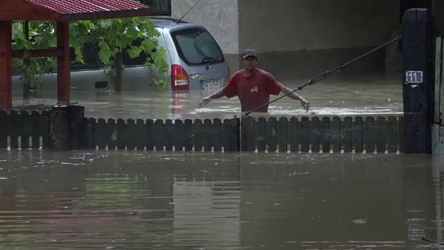 """Pagubele produse de inundații în țară. În Vaslui, s-a rupt o bucată dintr-un drum județean: """"Crater de 1 metru"""""""
