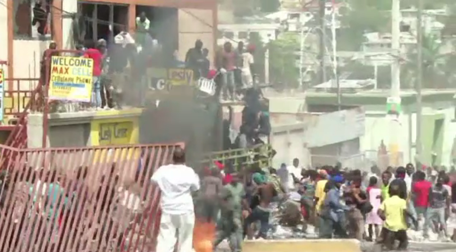 Reacțiile violente ale cetățenilor, după ce guvernul din Haiti a încercat să crească prețul carburanților