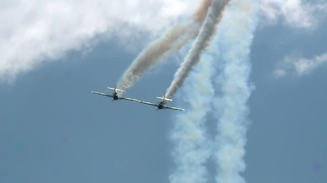 Spectacol cu campionul mondial la aviaţie acrobatică, la Tuzla