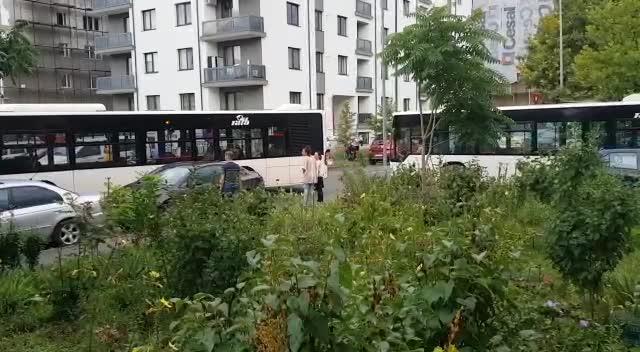 Fără rușine în traficul din București. Un SUV a blocat mai multe autobuze. VIDEO