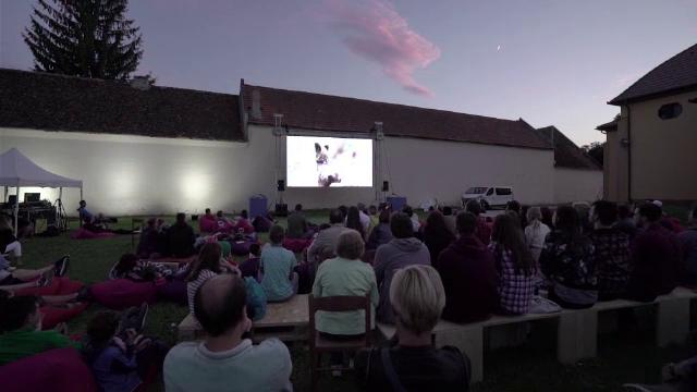 Un sat din Transilvania dă o lecţie de cultură. 15.000 de spectatori la un festival de teatru, carte şi film