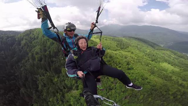 """Primul zbor cu parapanta, la 80 de ani. Experiența Melaniei: """"O clipă de nemurire"""""""