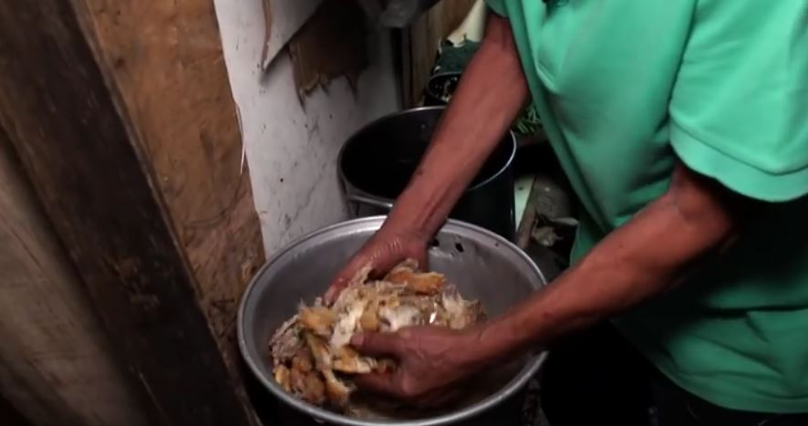 Carne culeasă de la groapa de gunoi, regătită și vândută săracilor. Reportaj tulburător