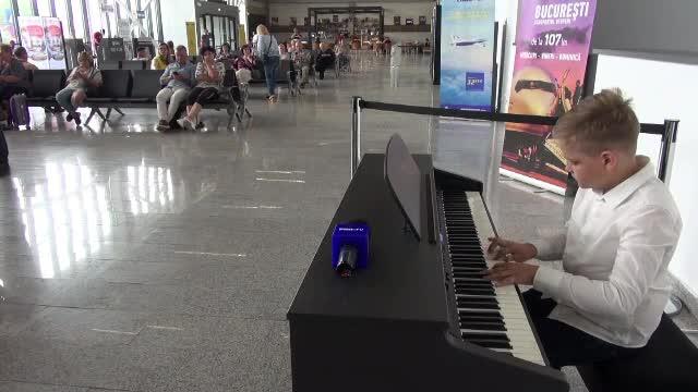 Pasagerii Aeroportului George Enescu își pot demonstra talentul la pianină, înainte de îmbarcare