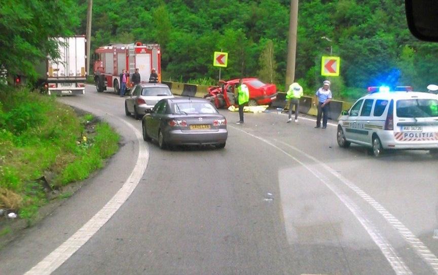 Accident cu un mort şi 3 răniţi, pe Valea Oltului, între un TIR şi un autoturism
