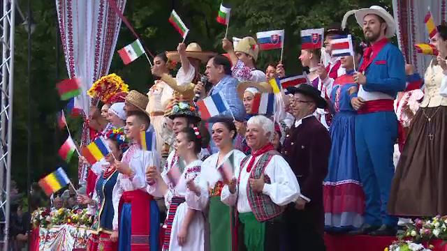 """Dansatori din Filipine și Costa Rica au participat la festivalul """"Nunta Zamfirei"""" din Bistrița"""