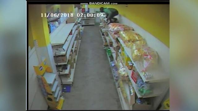 Aventura unui hoț într-un magazin, pentru a fura un seif care s-a dovedit a fi gol