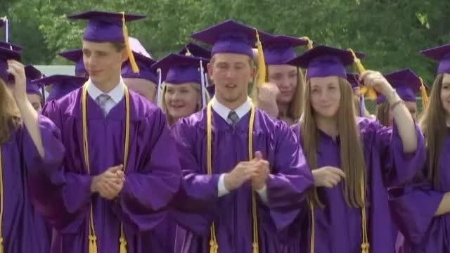 Situație inedită. 9 perechi de gemeni la ceremonia de absolvire a unui liceu