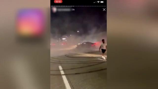 Trafic blocat pe autostradă, după ce 2 şoferi s-au apucat să facă drifturi. VIDEO